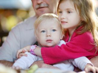 Adoptivní babička a dědeček, hlídání vnoučat.