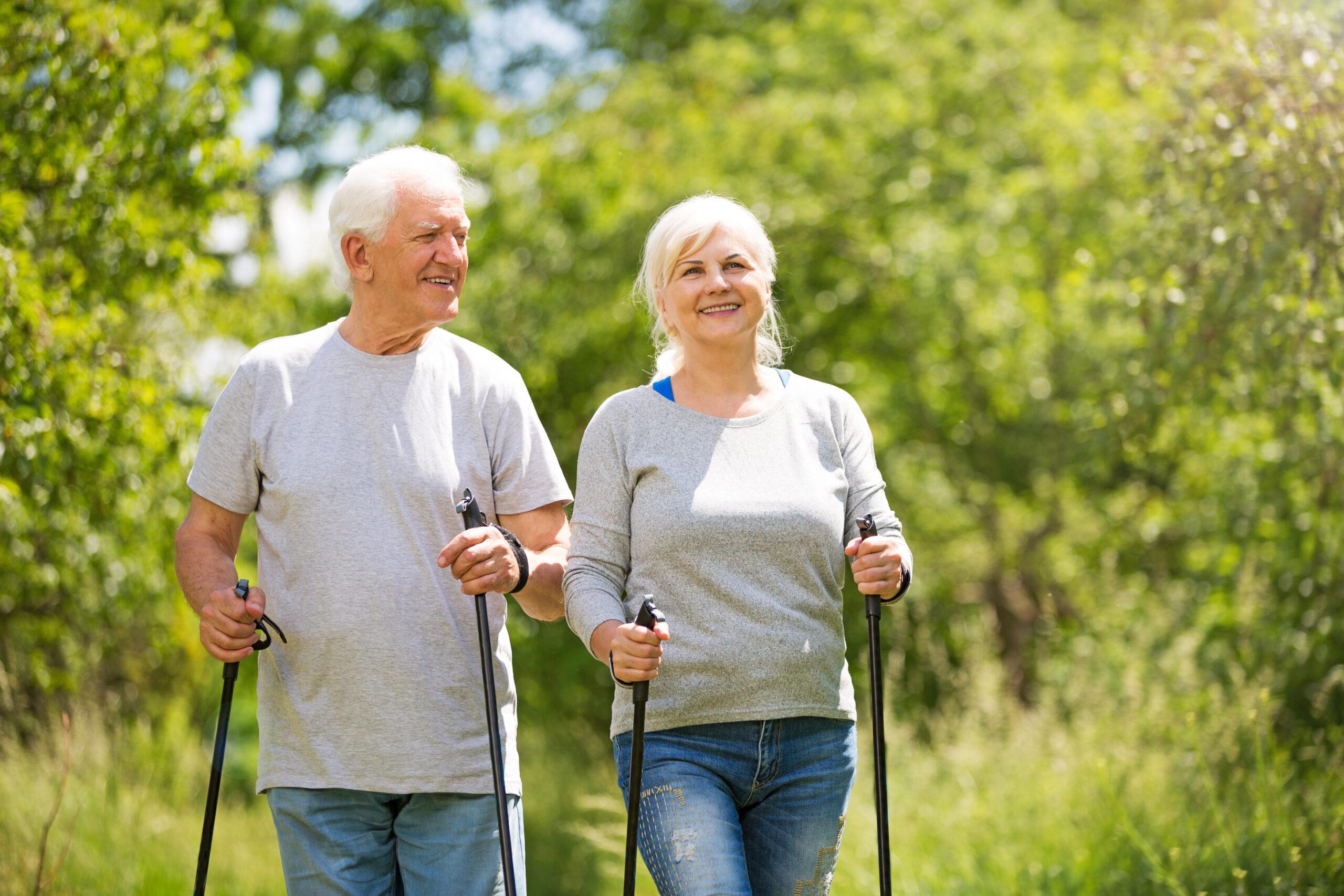 Muž a žena provozují nordic walking