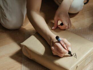 Psaní adresy na balíček.