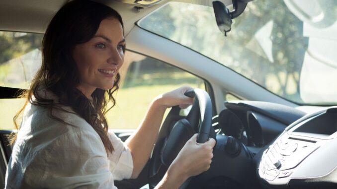 Žena řídí auto.