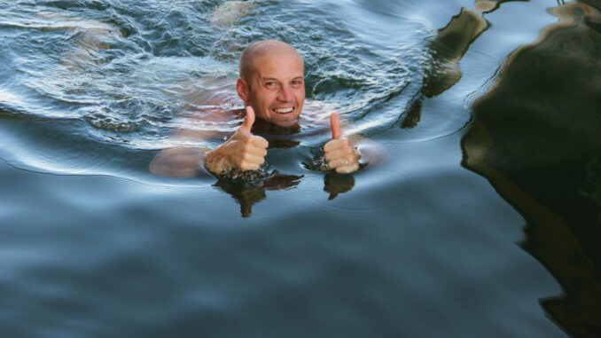 Muž se koupe