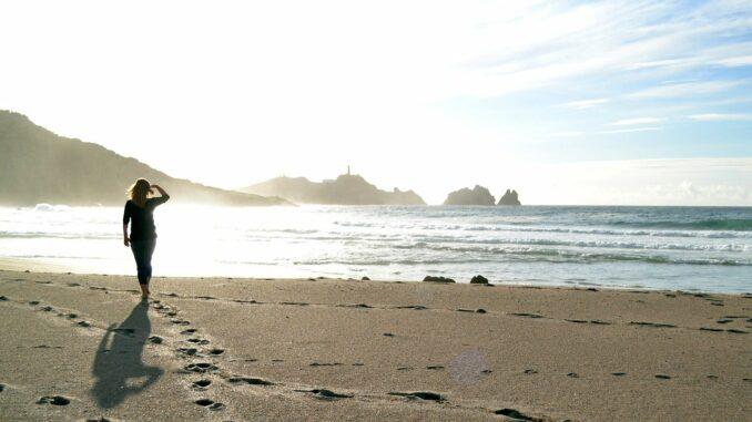 Žena na břehu moře, procházka.