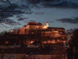 Osvětelený hrad Špilberk v Brně