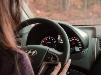 Žena za volantem.