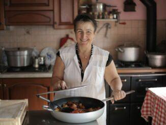 Starší paní vaří.