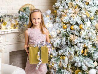 Holčička s dárkem u stromku.