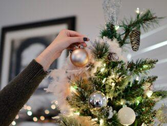 Zdobení vánočního stromečku.