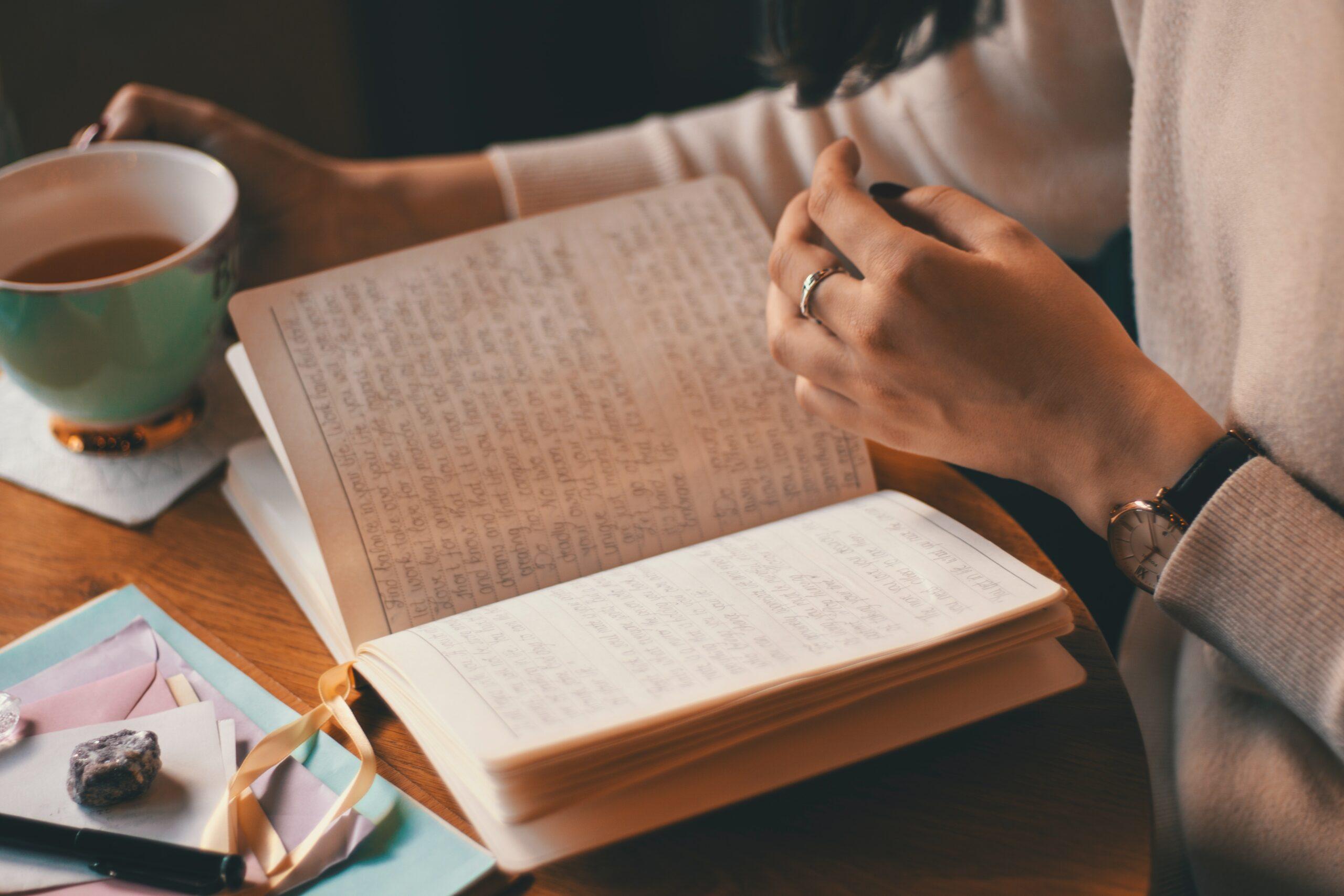 Dívka listující v deníku