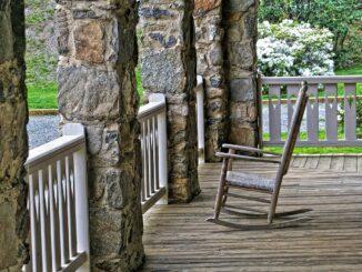 Dřevěné houpací křeslo na terase