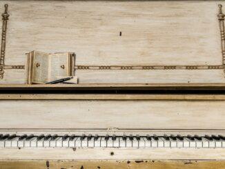 klavír, světlé dřevo, s položenými notami
