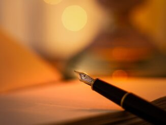 Plnící pero, v pozadí list papíru