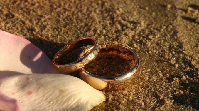snubní prstýnky položené na písku