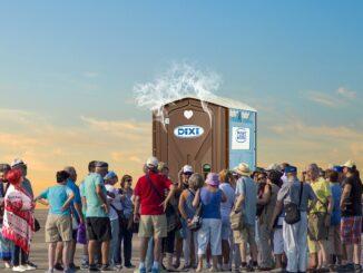 Dav lidí před veřejným wc ze kterého se kouří