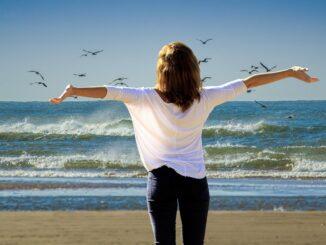 Žena na břehu moře.