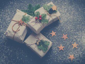 Vánoční dárky v přírodním papíru.