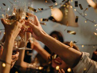 Přiťuknutí šampaňským.