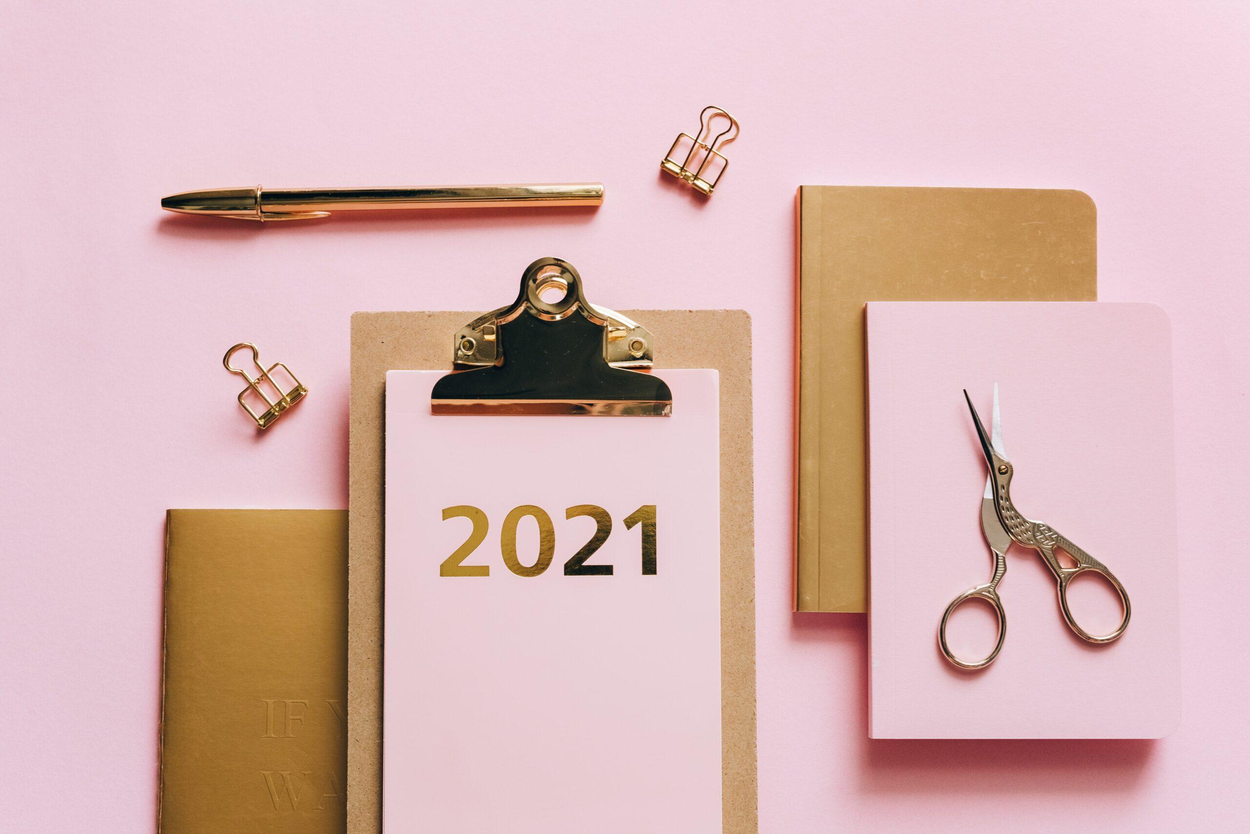 Kancelářské potřeby a desky s letopočtem 2021.