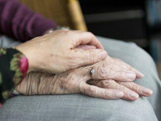 Dva páry ženských rukou.