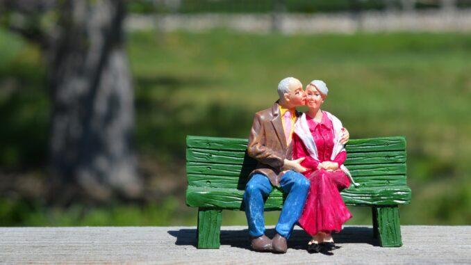 Figurky líbajících se seniorů.