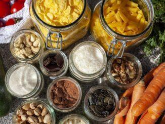 Skleněné dozy s těstovinami, oříšky, třtinovým cukrem, pistáciemi, mandelmi, solí.
