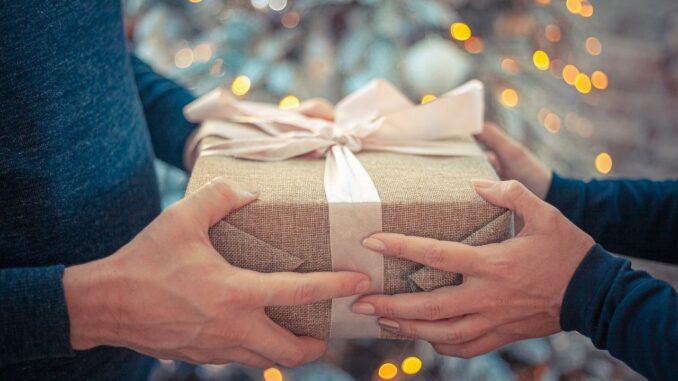předávání vánočního dárku.