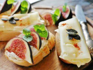 Clebíček se sýrem a ozdobená fíky a bylinkami.
