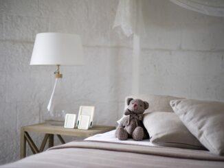 Postel na které je medvídek