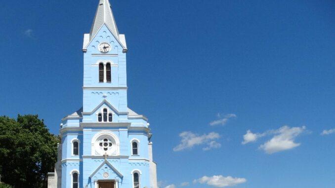 Kostel s modrou fasádou ve Stříbrnicích.