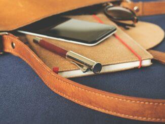 Kavelka s telefonem, propiskou a dijářem