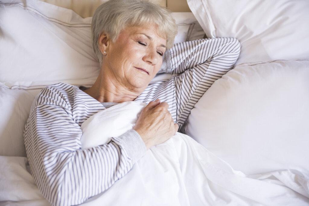 Starší žena spí.