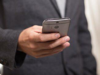 Mobilní telefon v ruce.