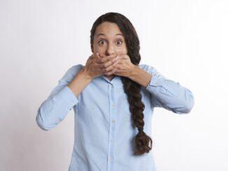 Žena se překvapením drží za ústa.