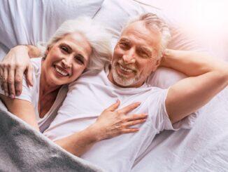 Zamilovaný pár seniorů leží v posteli.