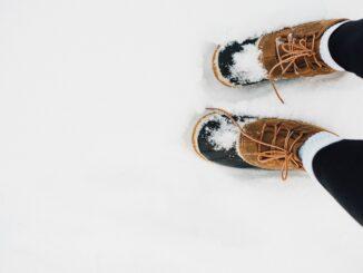 Nohy ve sněhu.