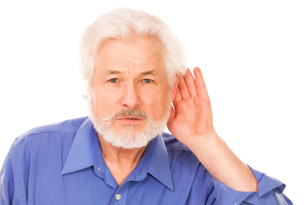 Starší muž neslyší.