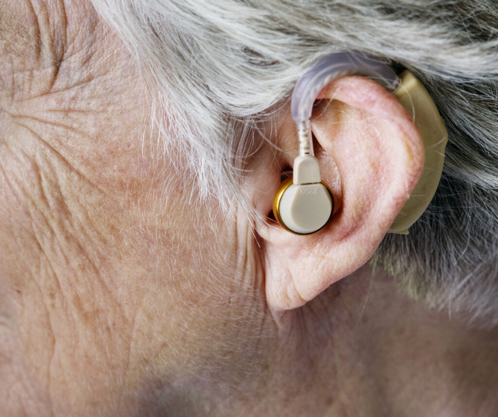 Detail naslouchadla za uchem.