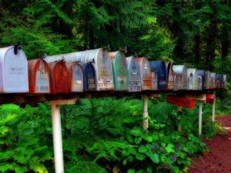Hodně poštovních schránek, barevných, strých, v jedné řádě