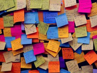 tabule plná barevných post lístečků