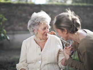 Dvě starší ženy, jedna z nich je maminka, druhá dcera v přátelském hovoru.