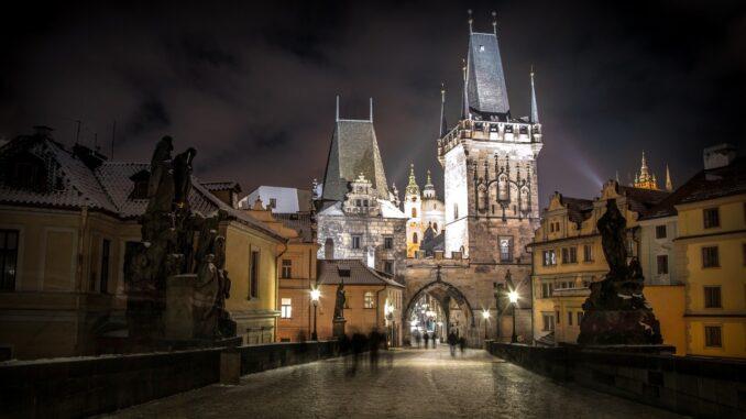 osvětlená prašná brána v Praze