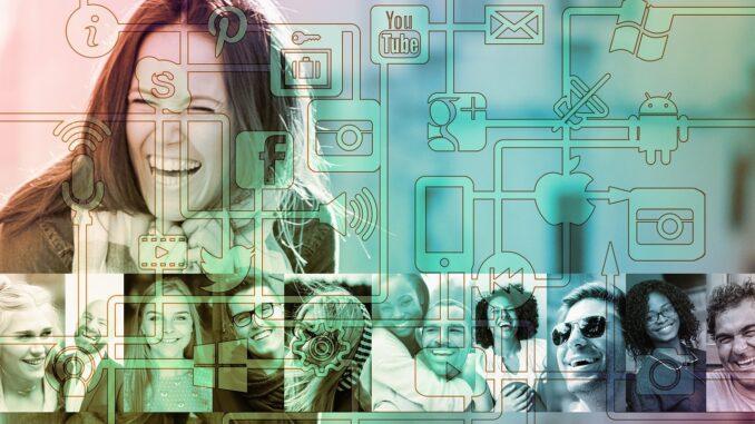 Smějící se žena za ikonami sociálních sítí.