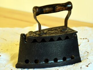 Starsá žehlička na krajkové uruse.
