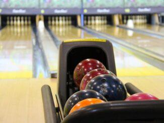 Bowlingové koule a dráha.