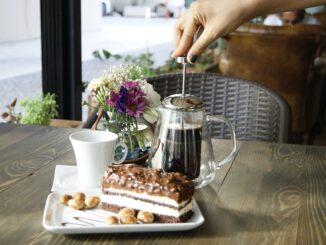 Příprava kávy, dort.