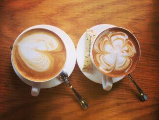 Dva hrnky s kávou.
