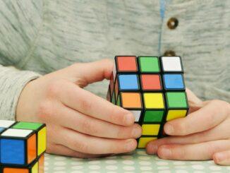 Skládání Rubikovy kostky.