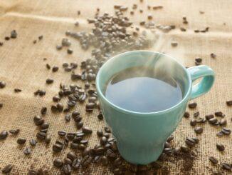 Káva a kávová zrna.