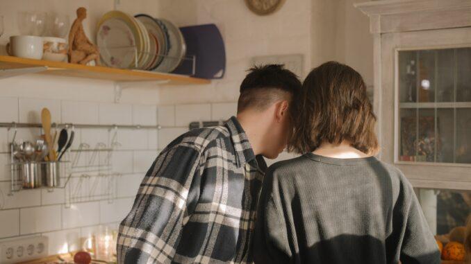 Bratr a sestra spolu vaří.