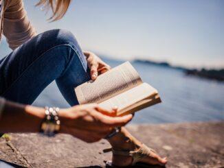 Žena čte knihu.