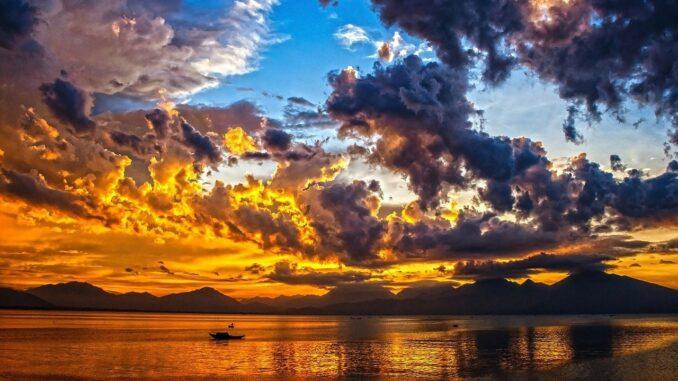 Západ slunce nad oceánem.